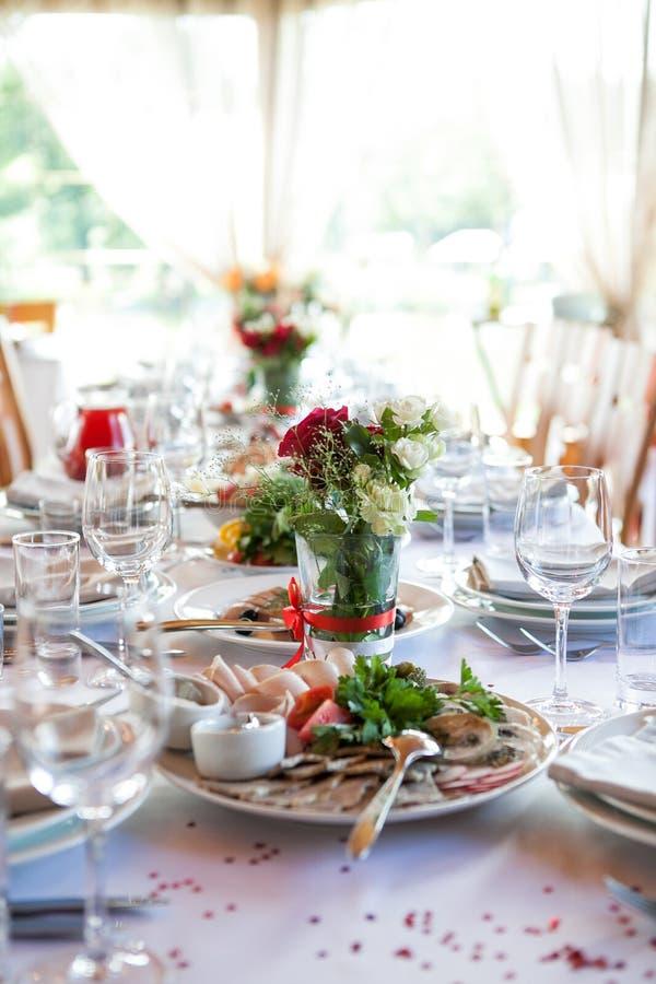 Petits bouquets sur la table de mariage photo libre de droits