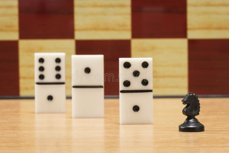 Petits cheval et matrices d'échecs pour jouer des dominos photos libres de droits
