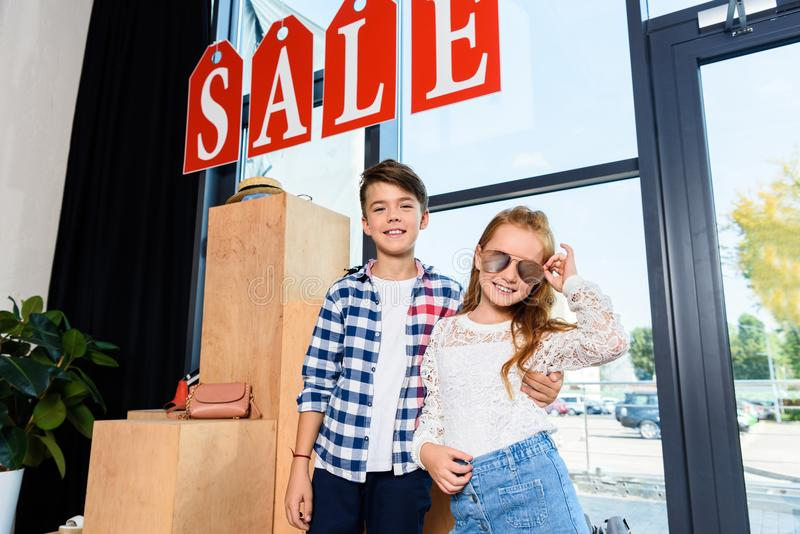 petits couples heureux sur des achats dans la boutique accessoire photographie stock