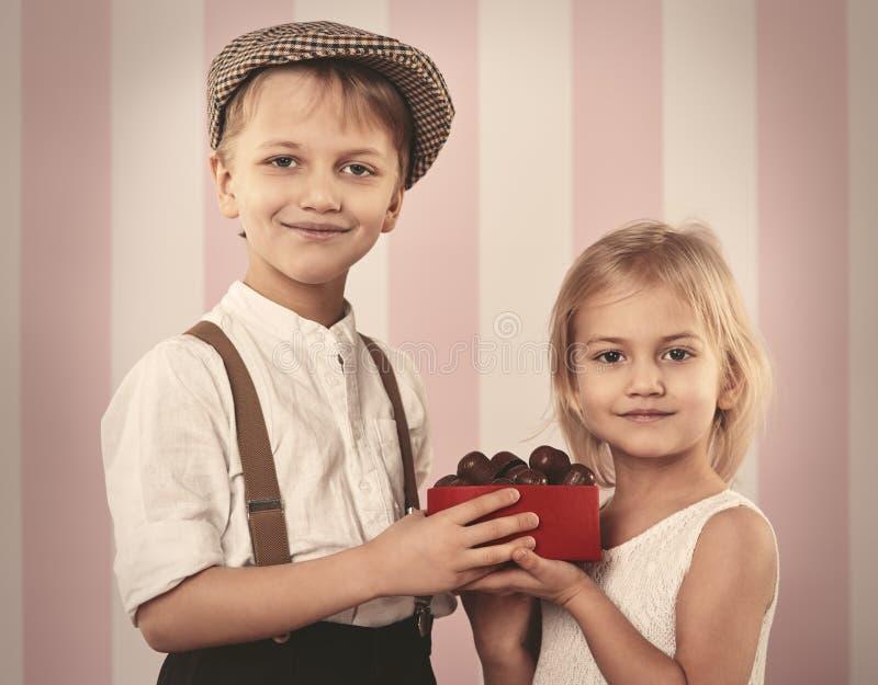 Petits couples mignons photos libres de droits