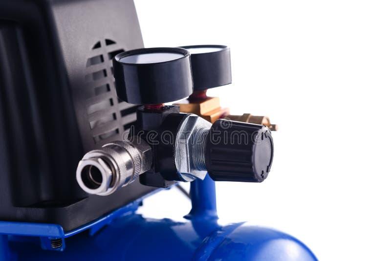 Petits détails bleus d'indicateur de pression de compresseur d'isolement sur le blanc image stock
