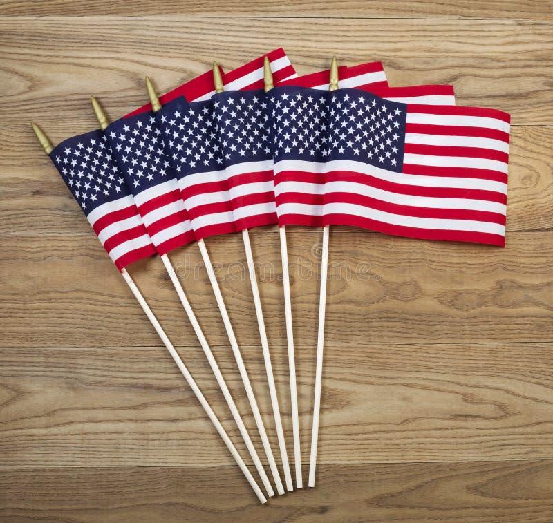 Petits drapeaux américains sur le bois âgé image libre de droits