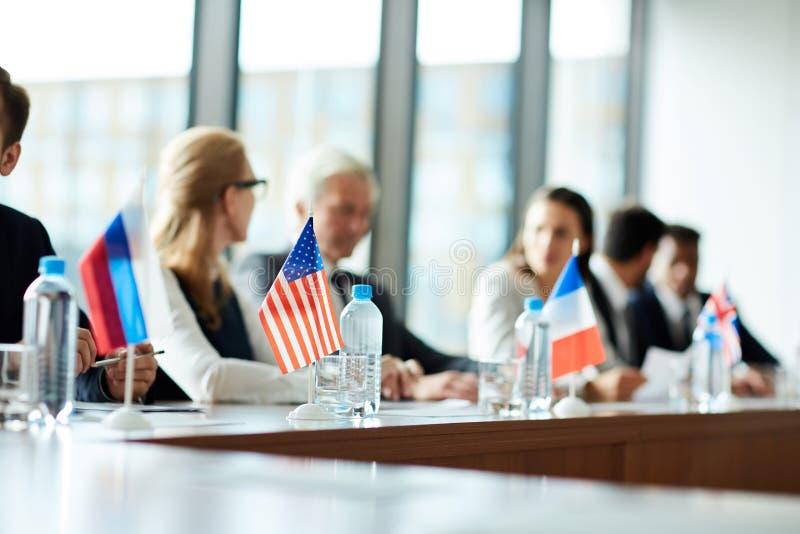 Petits drapeaux nationaux sur la table de conférence photo libre de droits
