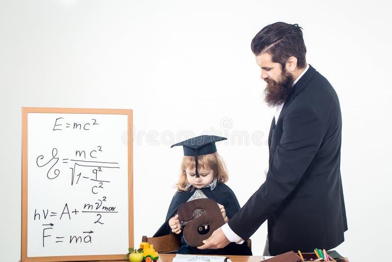 Petits enfant et professeur de garçon images libres de droits