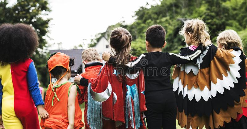 Petits enfants à une partie de Halloween photo stock