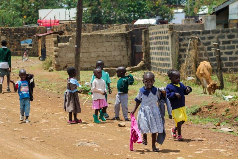 Petits enfants africains allant de l'école photos stock