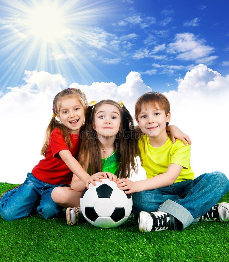 Petits enfants avec du ballon de football photo stock