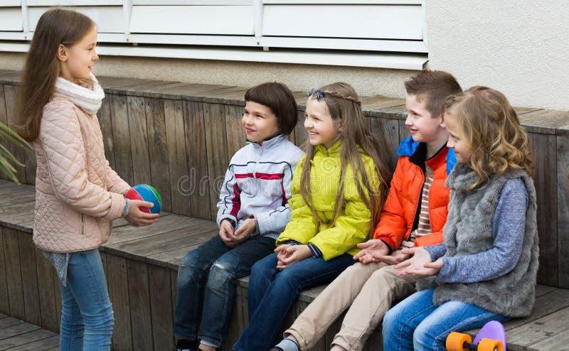 Petits enfants avec la petite boule jouant dans la rue photographie stock libre de droits