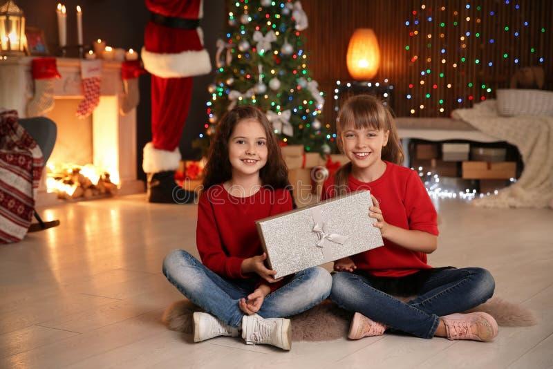 Petits enfants avec le cadeau de Noël photographie stock libre de droits