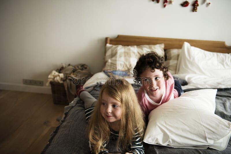 Petits enfants ayant un grand temps ensemble photos stock