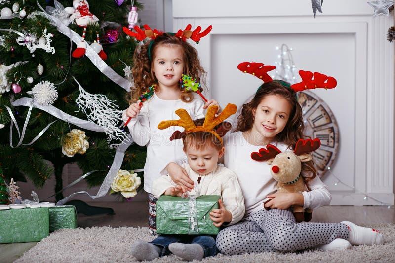 Petits enfants dans des andouillers de renne photographie stock libre de droits