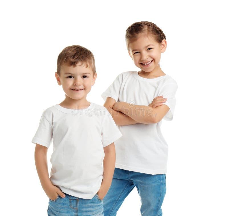 Petits enfants dans des T-shirts sur le fond blanc image stock