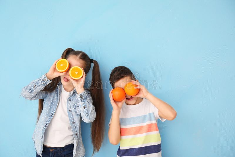 Petits enfants drôles avec des agrumes sur le fond de couleur photos libres de droits
