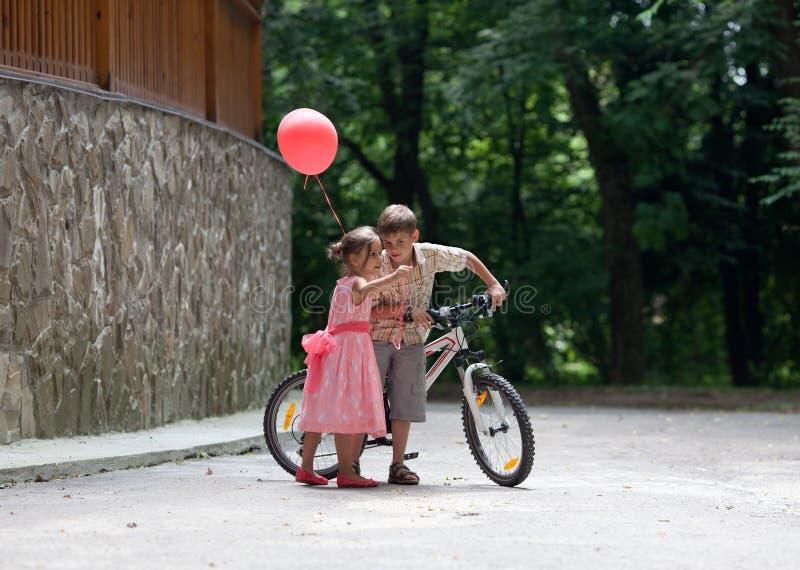 Petits enfants en parc image libre de droits