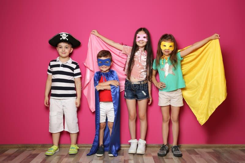 Petits enfants espiègles dans des costumes mignons photo stock