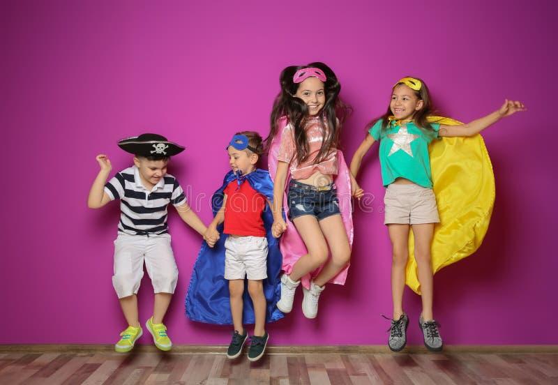 Petits enfants espiègles dans des costumes mignons photos stock