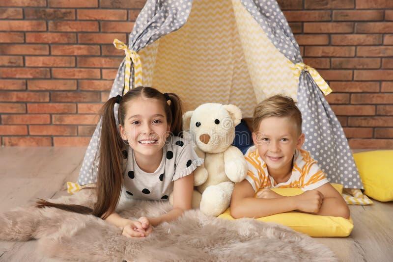 Petits enfants espiègles dans la tente faite main photo libre de droits