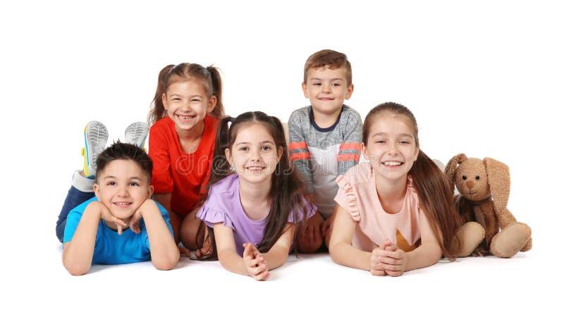 Petits enfants espiègles sur le fond blanc image stock