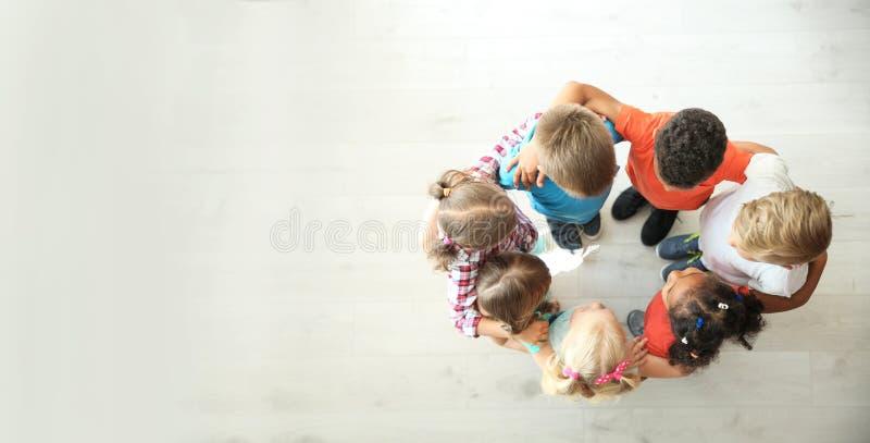 Petits enfants faisant le cercle avec des mains autour photos stock