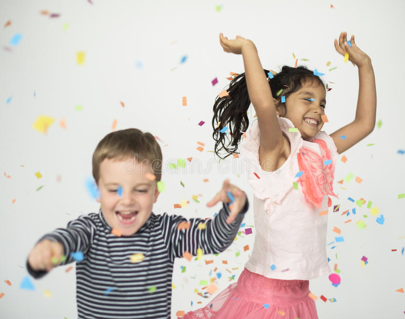 Petits enfants heureux ayant le concept d'amusement photos stock