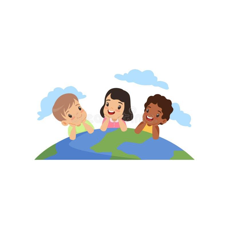 Petits enfants heureux de différentes nationalités se trouvant sur leurs estomacs sur l'illustration de vecteur de globe sur un b illustration stock