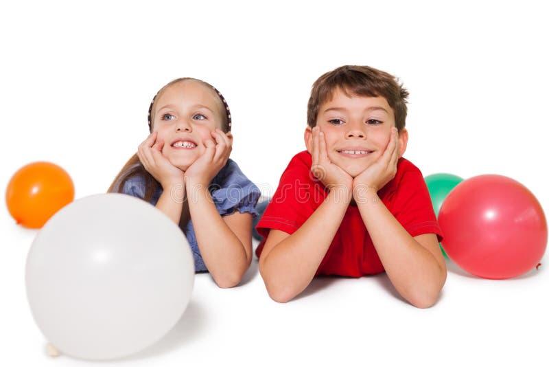 Petits enfants heureux souriant avec des ballons image libre de droits