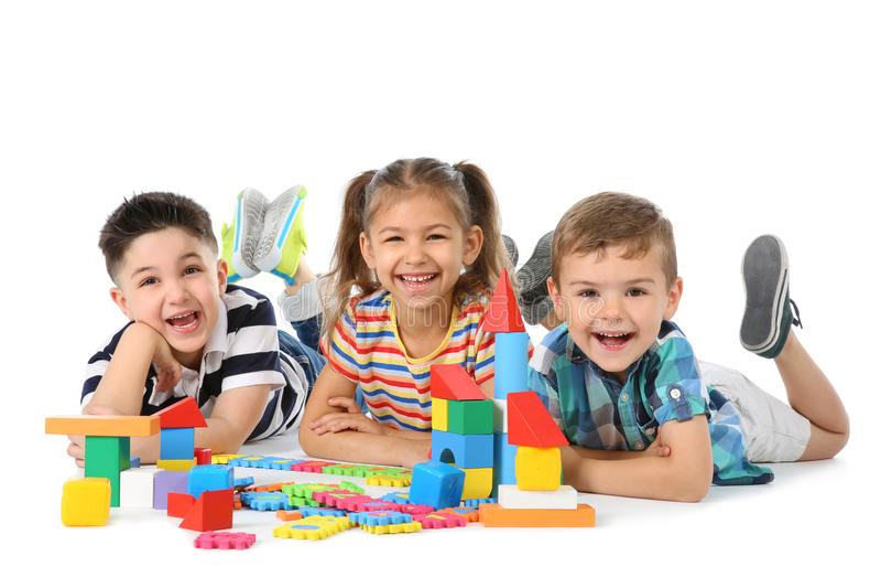 Petits enfants jouant ensemble image stock