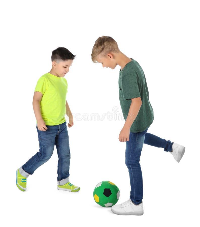 Petits enfants jouant le football sur le fond blanc photos libres de droits