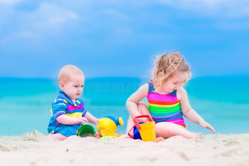 Petits enfants jouant sur la plage photo libre de droits