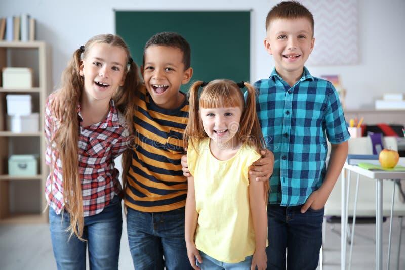 Petits enfants mignons dans la salle de classe photo stock