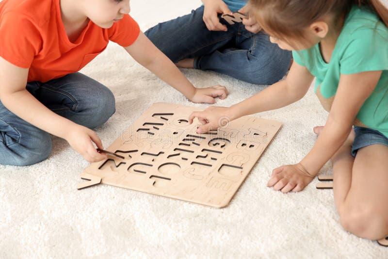Petits enfants mignons jouant ensemble photographie stock libre de droits