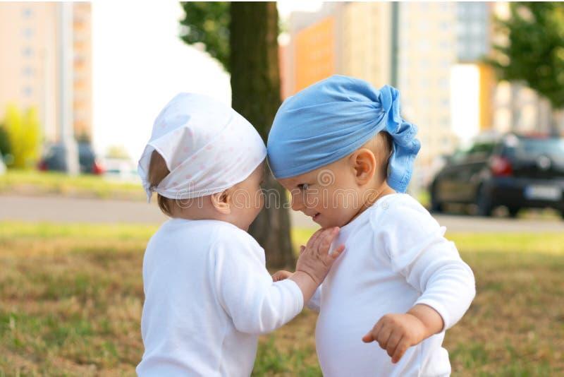 Petits fille et garçon image libre de droits