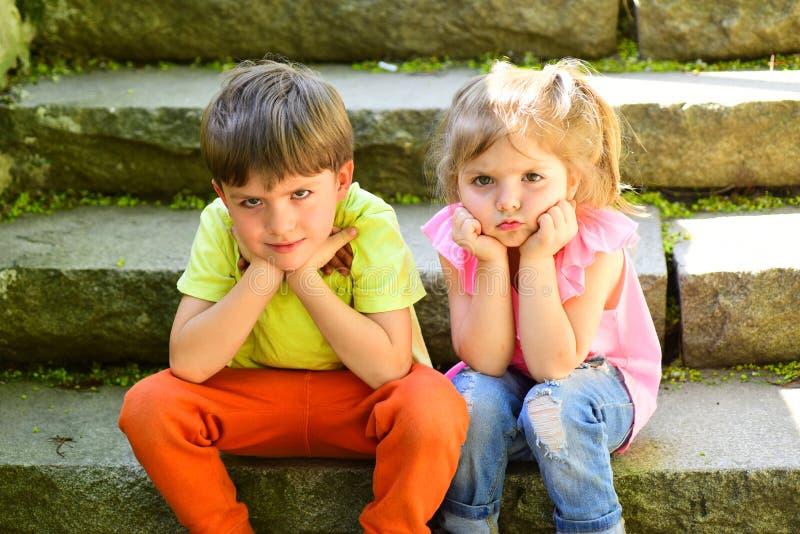 Petits fille et garçon sur des escaliers rapports Vacances d'été L'enfance aiment d'abord couples de petits enfants garçon triste photographie stock libre de droits