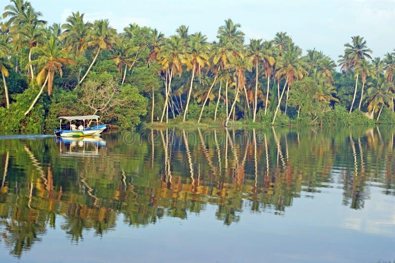 Petits flotteurs indiens de bateau sur la rivière tropicale photos stock