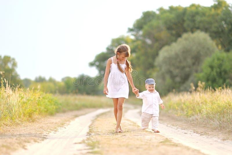 Petits frère et soeur photo libre de droits