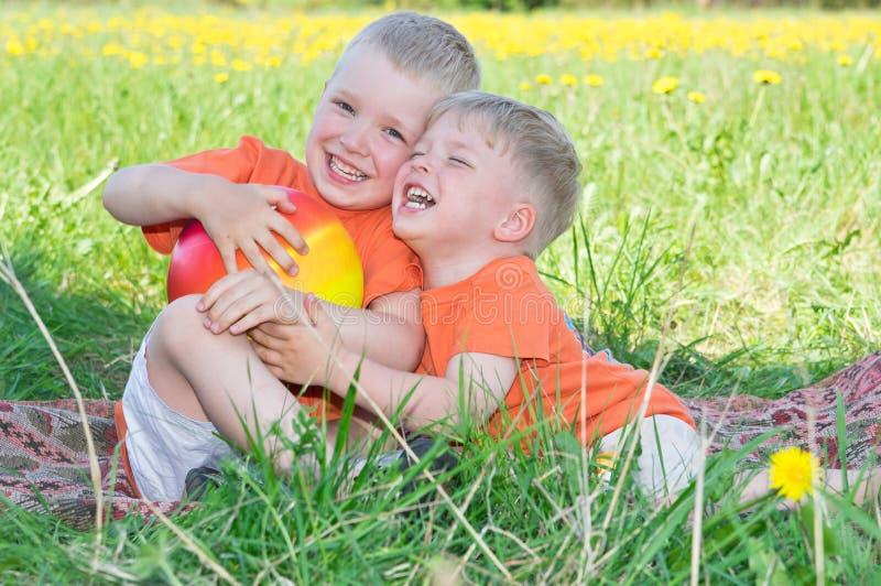 Petits frères heureux image libre de droits