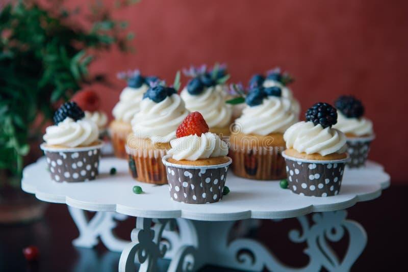 Petits gâteaux avec des baies sur la table noire homemade le Copie-espace Framboise et myrtille Nourriture naturelle de concept s photographie stock libre de droits
