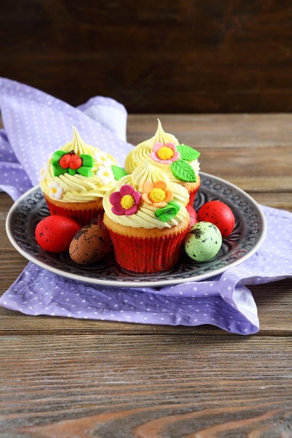 Petits gâteaux avec des oeufs de pâques photos libres de droits