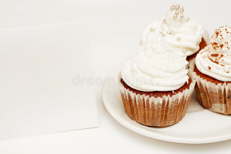 Petits gâteaux avec la carte vierge photos libres de droits