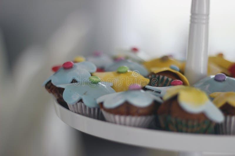 Petits gâteaux avec la décoration photographie stock