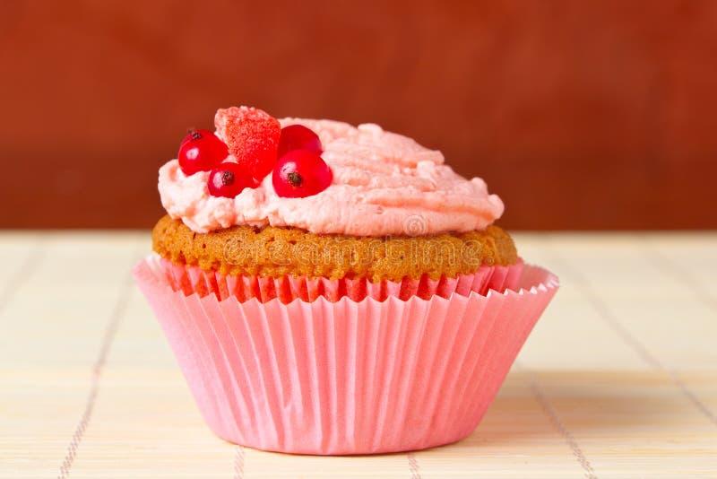 Petits gâteaux avec la groseille rouge photographie stock