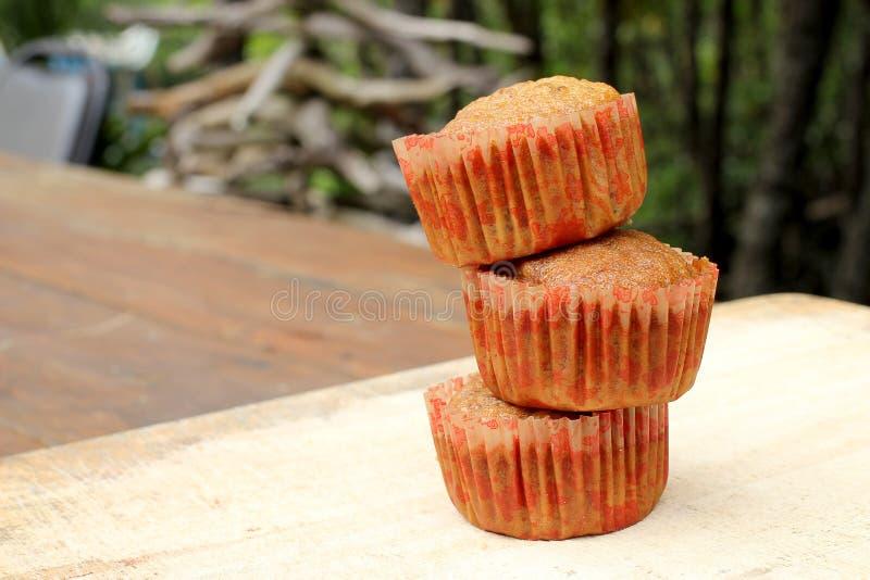 Petits gâteaux avec le fruit remplissant sur la planche à découper photos libres de droits