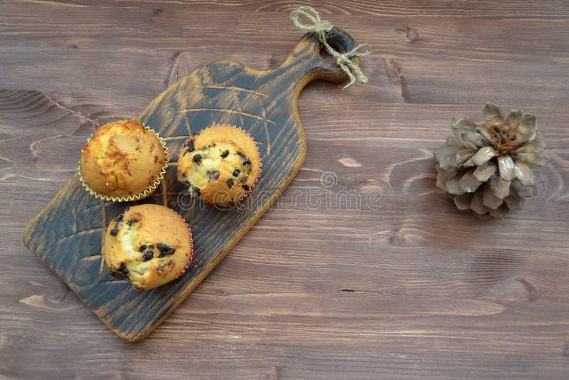 Petits gâteaux avec les baies fraîches sur une vieille table en bois avec l'espace de copie images libres de droits