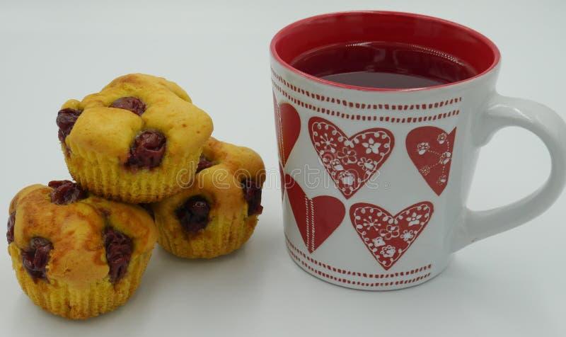 Petits gâteaux avec les cerises juteuses photo stock