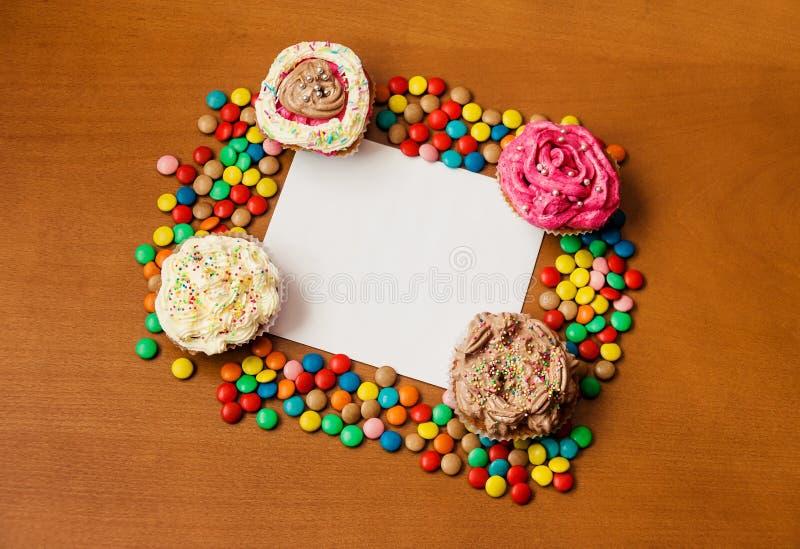 Petits gâteaux avec un papier blanc pour écrire votre propre message images libres de droits