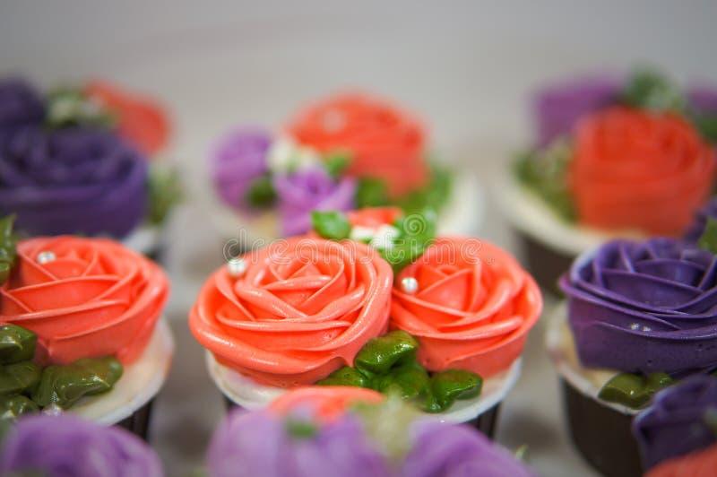 Petits gâteaux colorés pour l'anniversaire photos libres de droits
