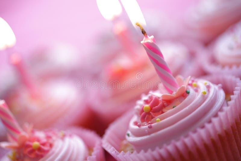 Petits gâteaux d'anniversaire image stock