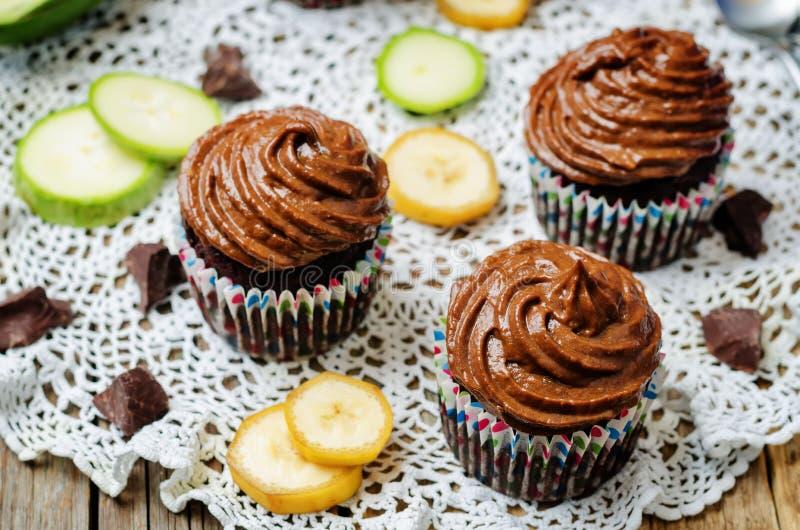 Petits gâteaux de banane de courgette de chocolat avec la banane d'avocat de chocolat photo libre de droits