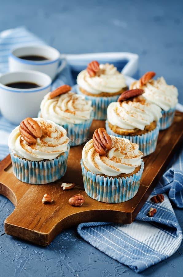Petits gâteaux de cannelle de carotte avec la noix de pécan images stock