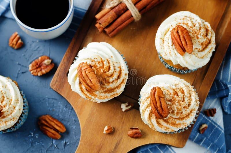Petits gâteaux de cannelle de carotte avec la noix de pécan image stock